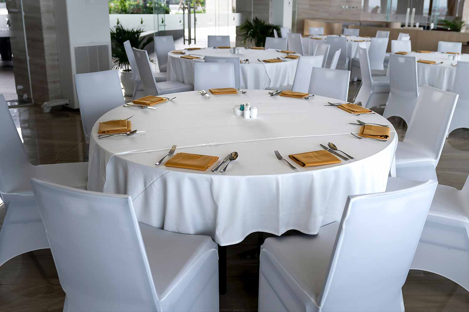 round-white-tables-with-chairs